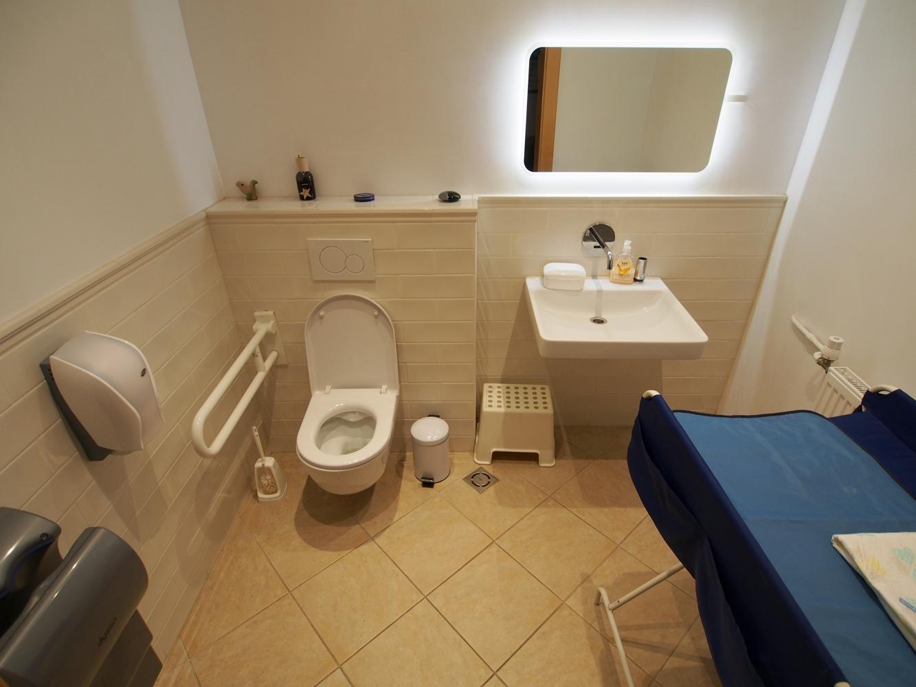 Behinderten WC, im Erdgeschoss (neben Extrazimmer)